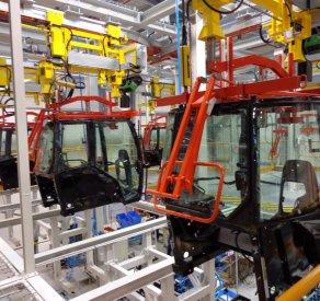 Atelier d'assemblage de cabine de tracteur AGCO en France équipé d'un automoteur ATS avec système de levage intégré, ATS Group, Appalette Tourtellier Systèmes, ATS Conveyors India, HERO Fördertechnik